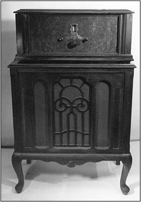 The Sparton Model 69 radio atop its companion Model 29 cabinet speaker