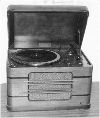 The tabletop Magnavox Concerto model phonograph